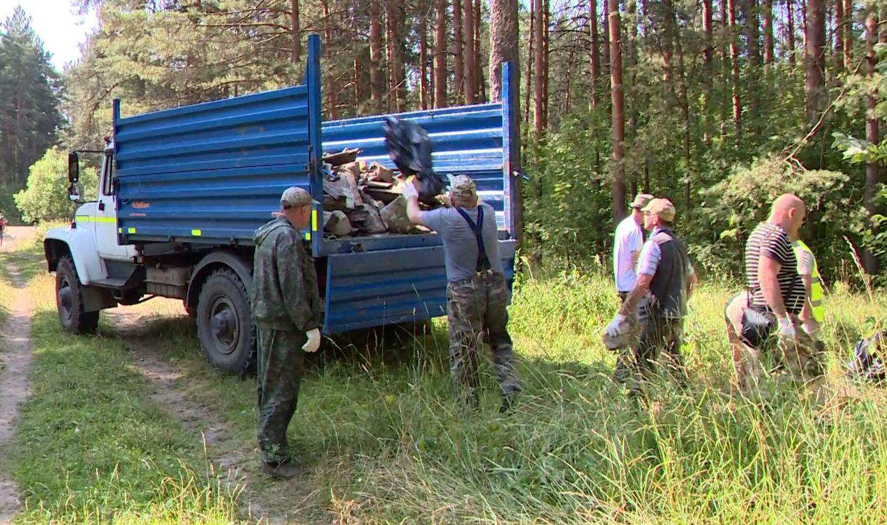 В лесах Ярославской области убирают мусор, который представляет опасность для животных