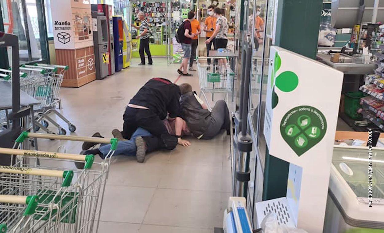 Посетитель гипермаркета в Ярославле выстрелил охраннику в лицо