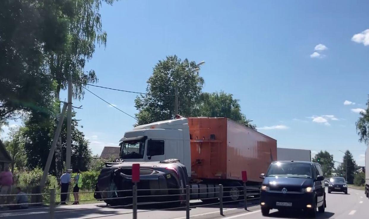 Решил помочь женщине, но попал в аварию: ДТП с двумя фурами произошло на трассе в Ярославской области
