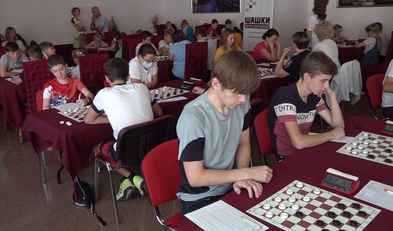 70 спортсменов из 18 регионов приняли участие в турнире по шашкам в Ярославле