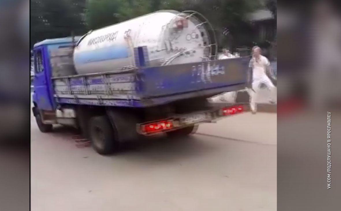 В центре Ярославля грузовик протаранил ограждение и вылетел на тротуар, где танцевали кришнаиты