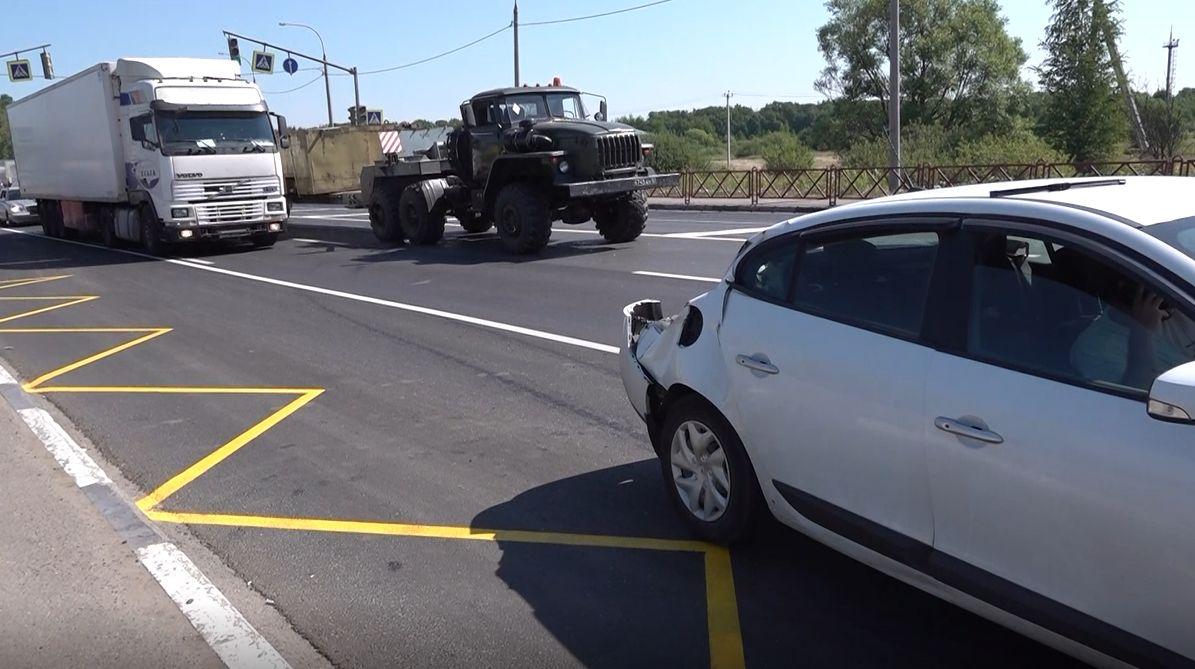 Военный грузовик снес две легковушки у деревни Суринское на окружной дороге Ярославля