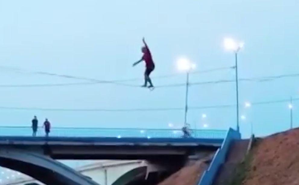 В сети появилось видео, как канатоходец срывается вниз у набережной в Ярославле