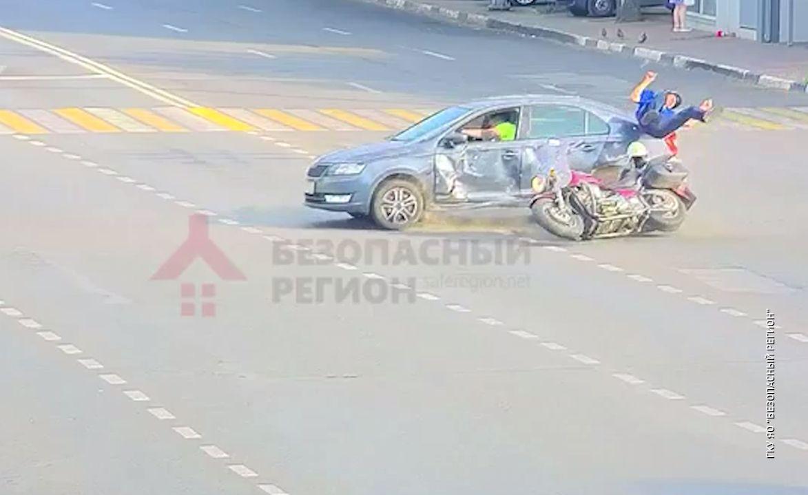 В центре Ярославля мотоциклист получил травмы после столкновения с иномаркой