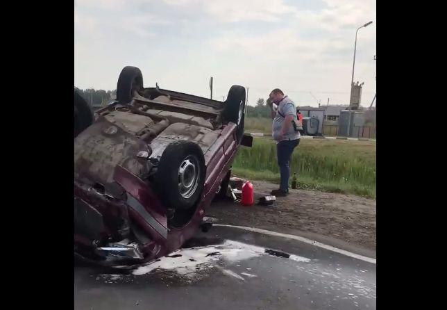 На окружной дороге Ярославля перевернулась легковушка