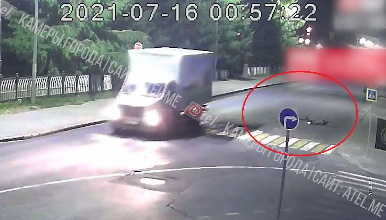 В сети появилось видео с падением девушки на самокате в Рыбинске