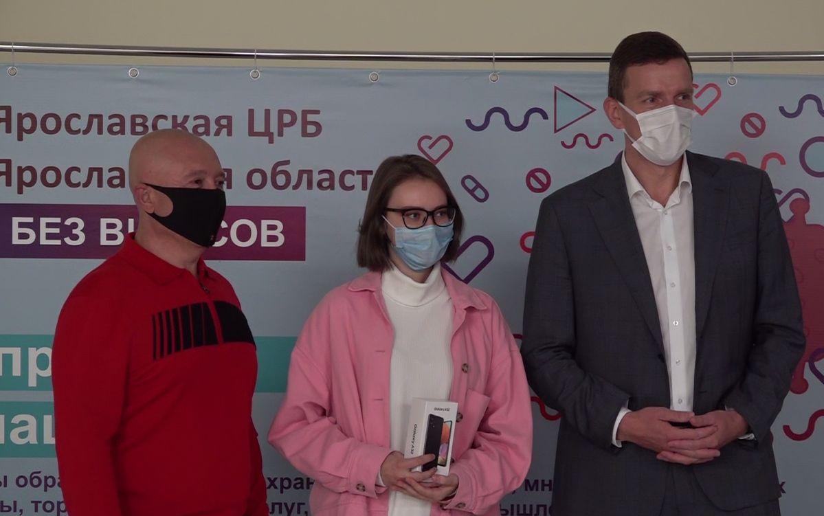 Ярославна выиграла смартфон, сделав прививку от коронавируса в торговом центре