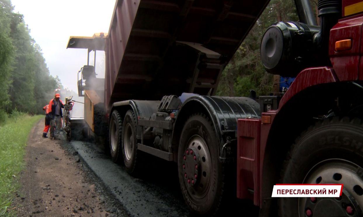 В Переславском районе ремонтируют дороги, по которым «можно было проехать только на танке»