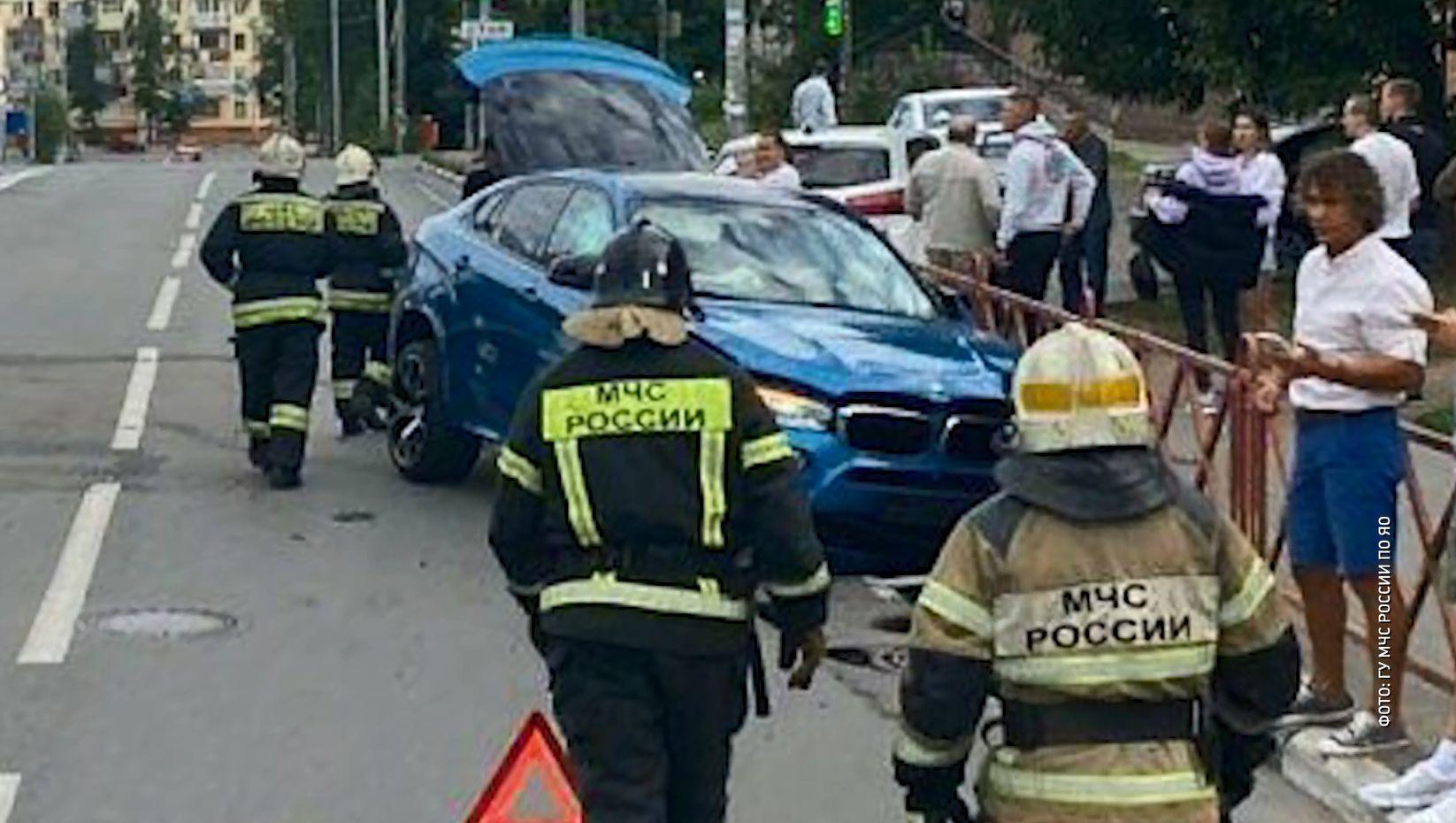 Сразу три автомобиля не смогли разъехаться на улице Победы в Ярославле: есть пострадавшие