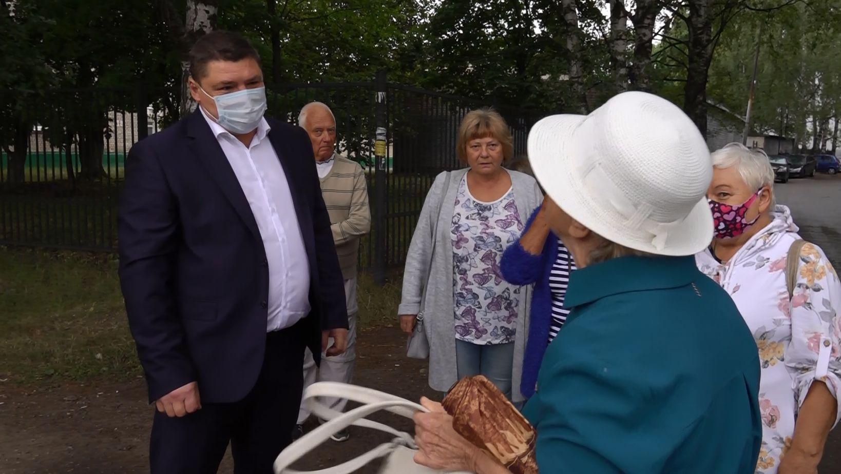 В Дзержинском районе Ярославля жители одного из микрорайонов страдают из-за отсутствия остановочного комплекса
