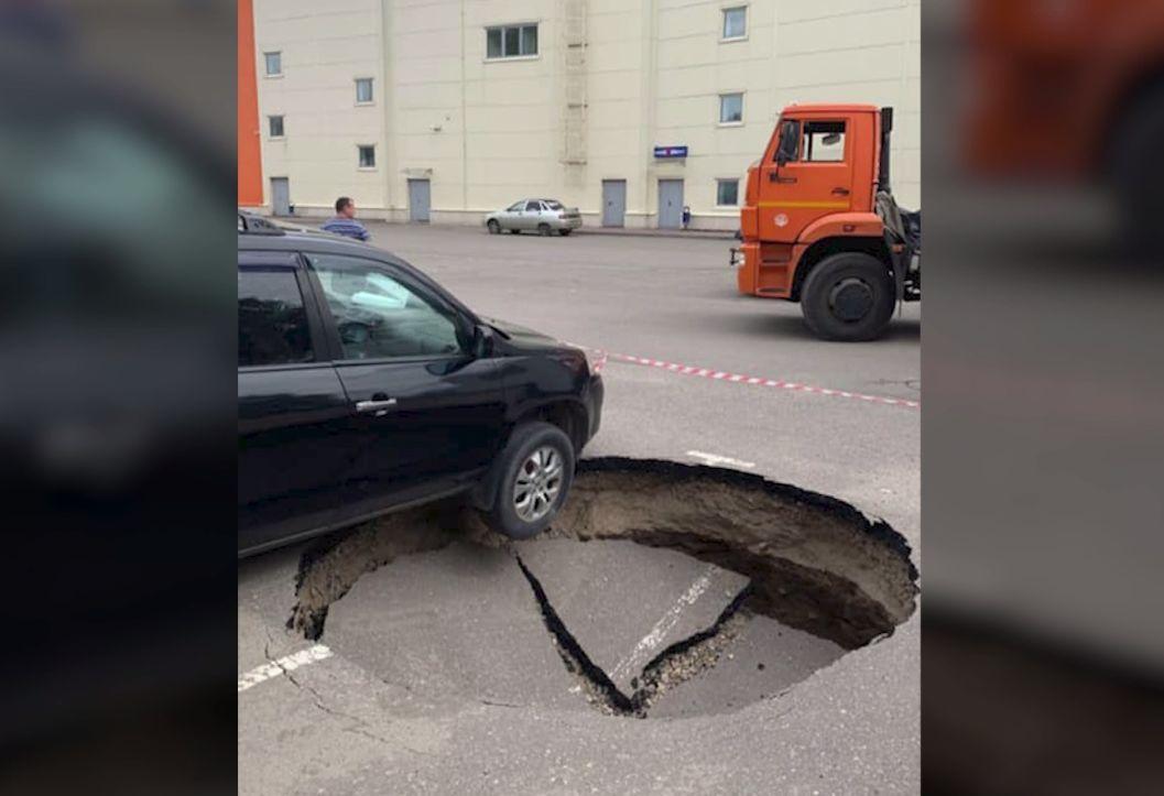 У торгового центра в Ярославле под автомобилем образовалась метровая яма