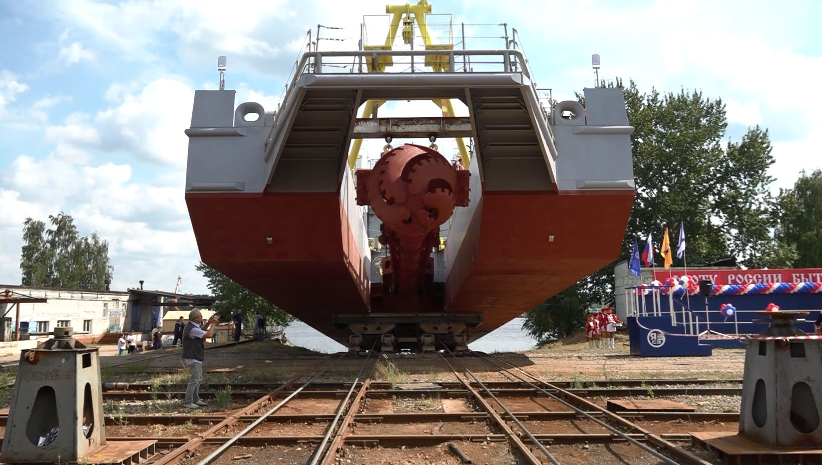 В Ярославле спустили на воду дноуглубительный земснаряд
