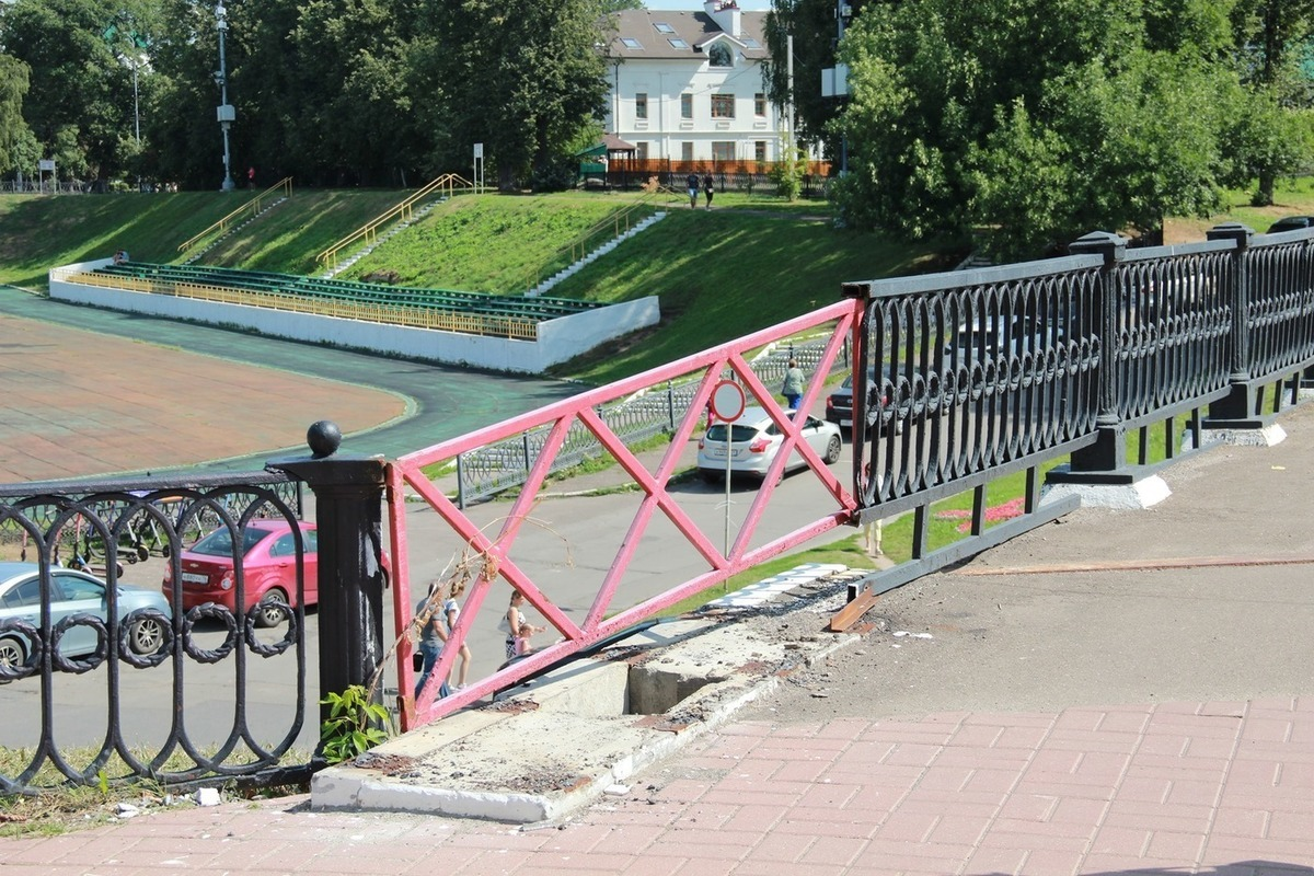 Стыдно перед туристами: ярославцы возмущены состоянием чугунного ограждения вокруг «Спартаковца»