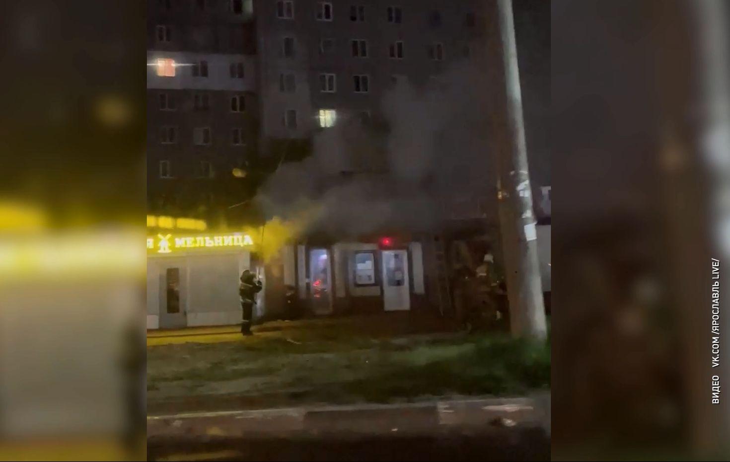 На улице Серго Орджоникидзе в Ярославле полыхали торговые ряды