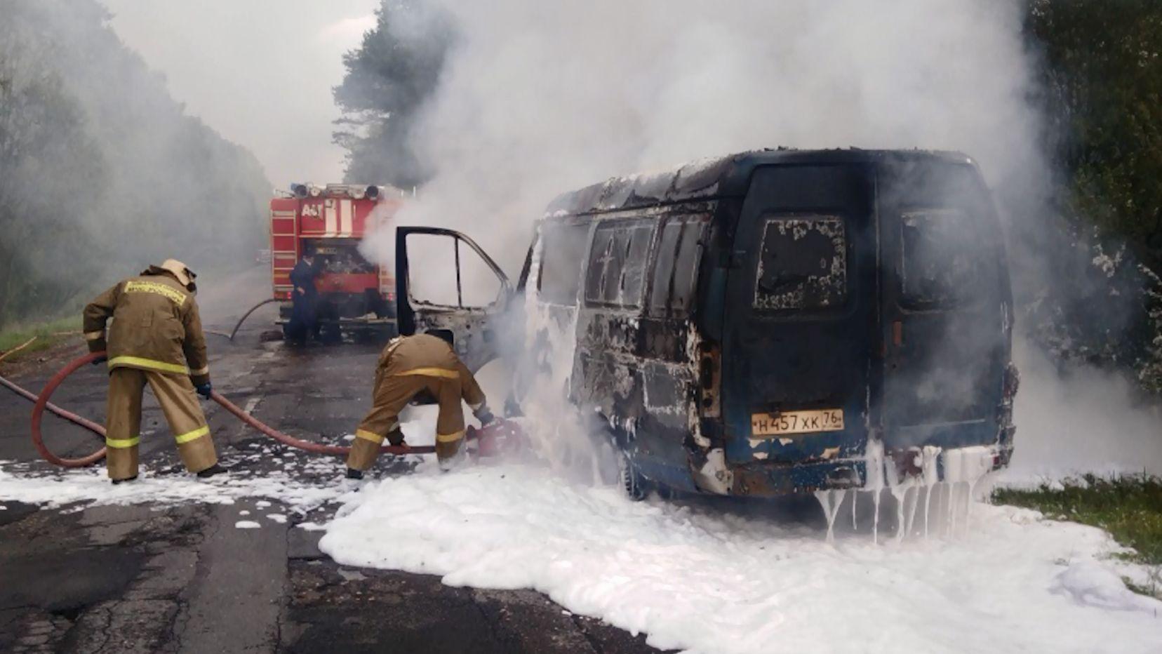В Пошехонском районе Ярославской области газель вспыхнула прямо на дороге