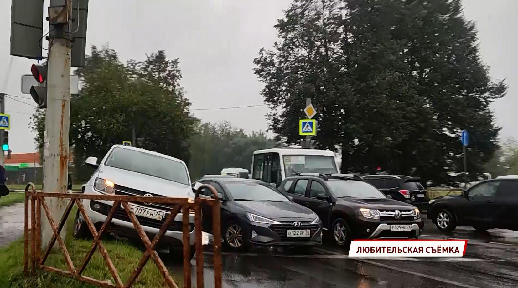 На улице Дачной в Ярославле не смогли разъехаться легковушка и внедорожник
