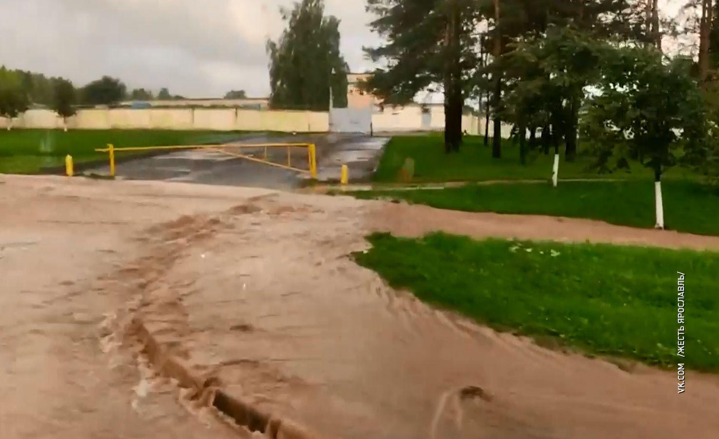 На Московском проспекте Ярославля из-за проливных дождей произошел перелом трубопровода