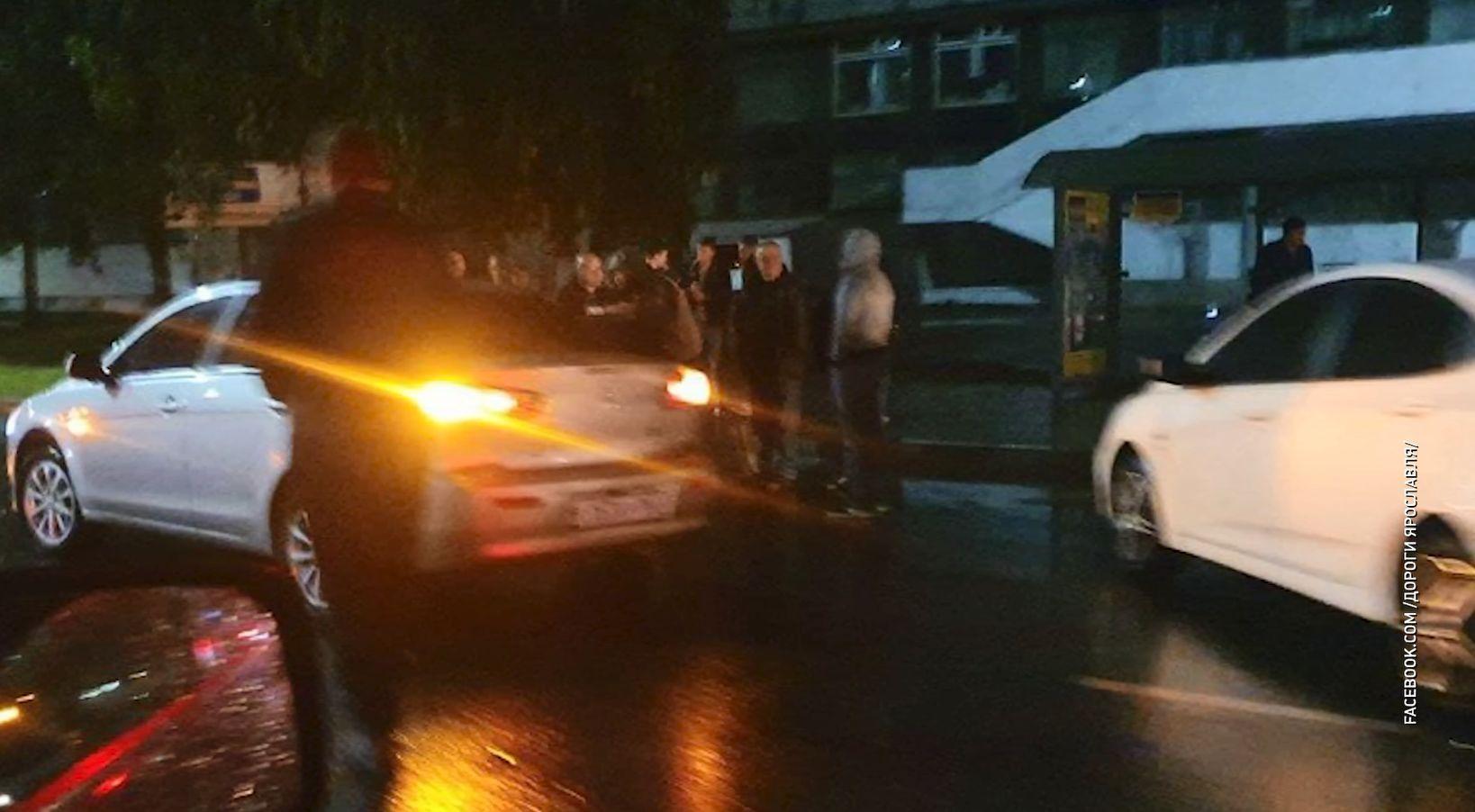 Женщина и 11-летний ребенок попали под колеса автомобиля в Ярославле