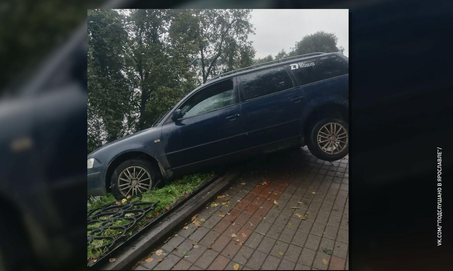 Иномарка снесла чугунный забор на Волжской набережной и чуть не съехала в Волгу