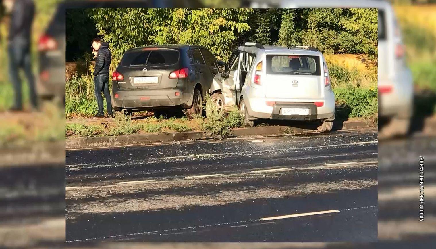 На Промышленном шоссе в Ярославле на газоне оказались две иномарки