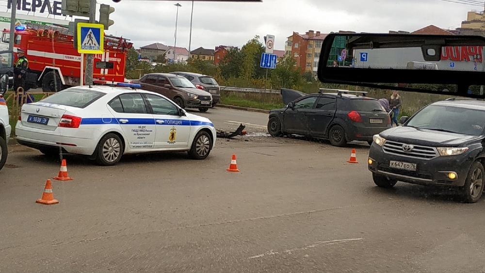 В Заволжском районе Ярославля около «Глобуса» произошла серьёзная авария – двое пострадавших доставлены в больницу