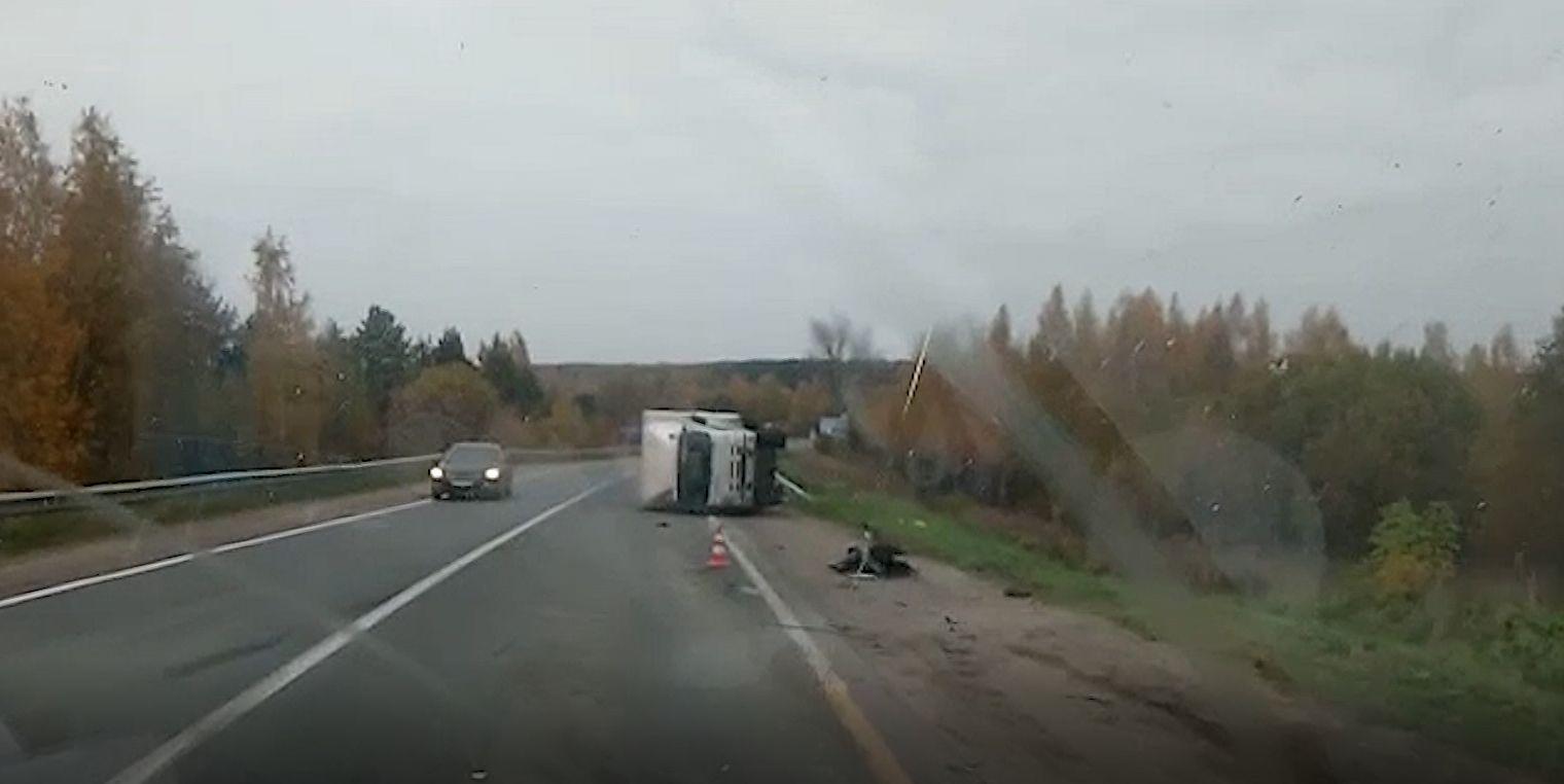 Крупная авария в районе Климовских в Ярославле - грузовик перевернулся, у легковушки от удара оторвало двигатель