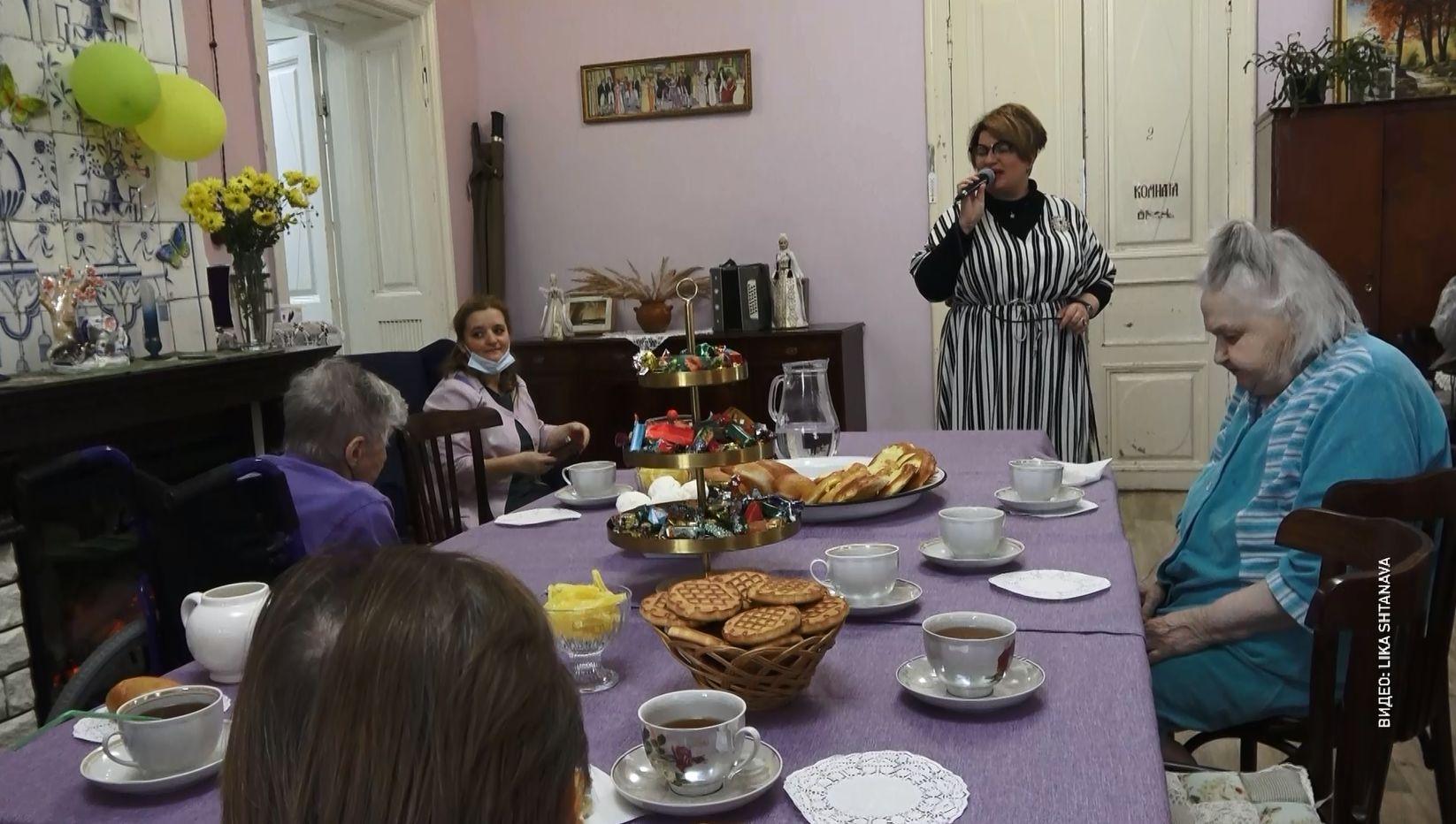 Подопечных Дома милосердия кузнеца Лобова в День пожилого человека поздравили сотрудники и друзья благотворительной организации «Дети Ярославии»