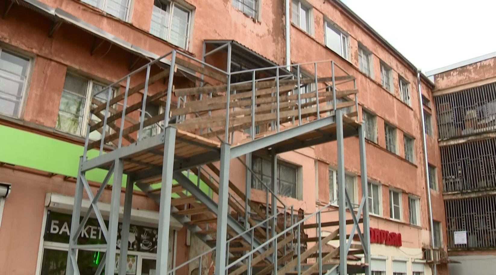 В 7 доме по проспекту Ленина в Ярославле жильцам предлагают забираться на второй этаж по пристройке из металлоконструкций