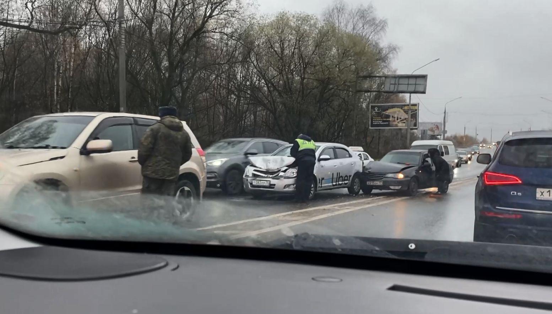 В Ярославле выпал первый снег: дороги города стали опаснее