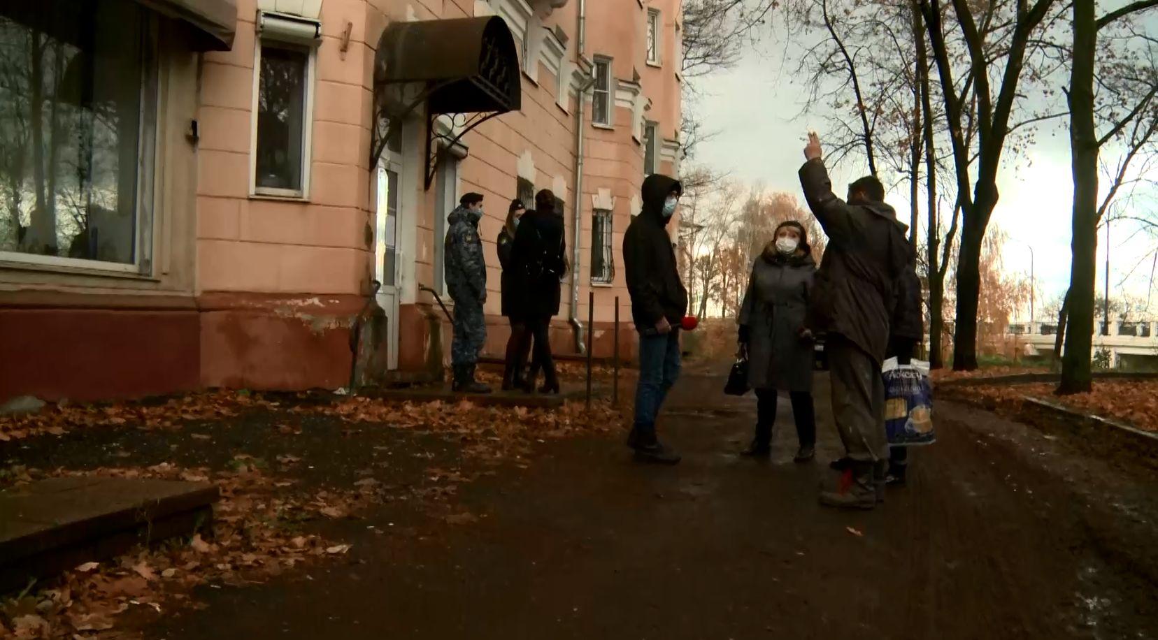 В доме на Флотском спуске в Ярославле работники управляющей компании не могут попасть к трубе отопления из-за сауны?