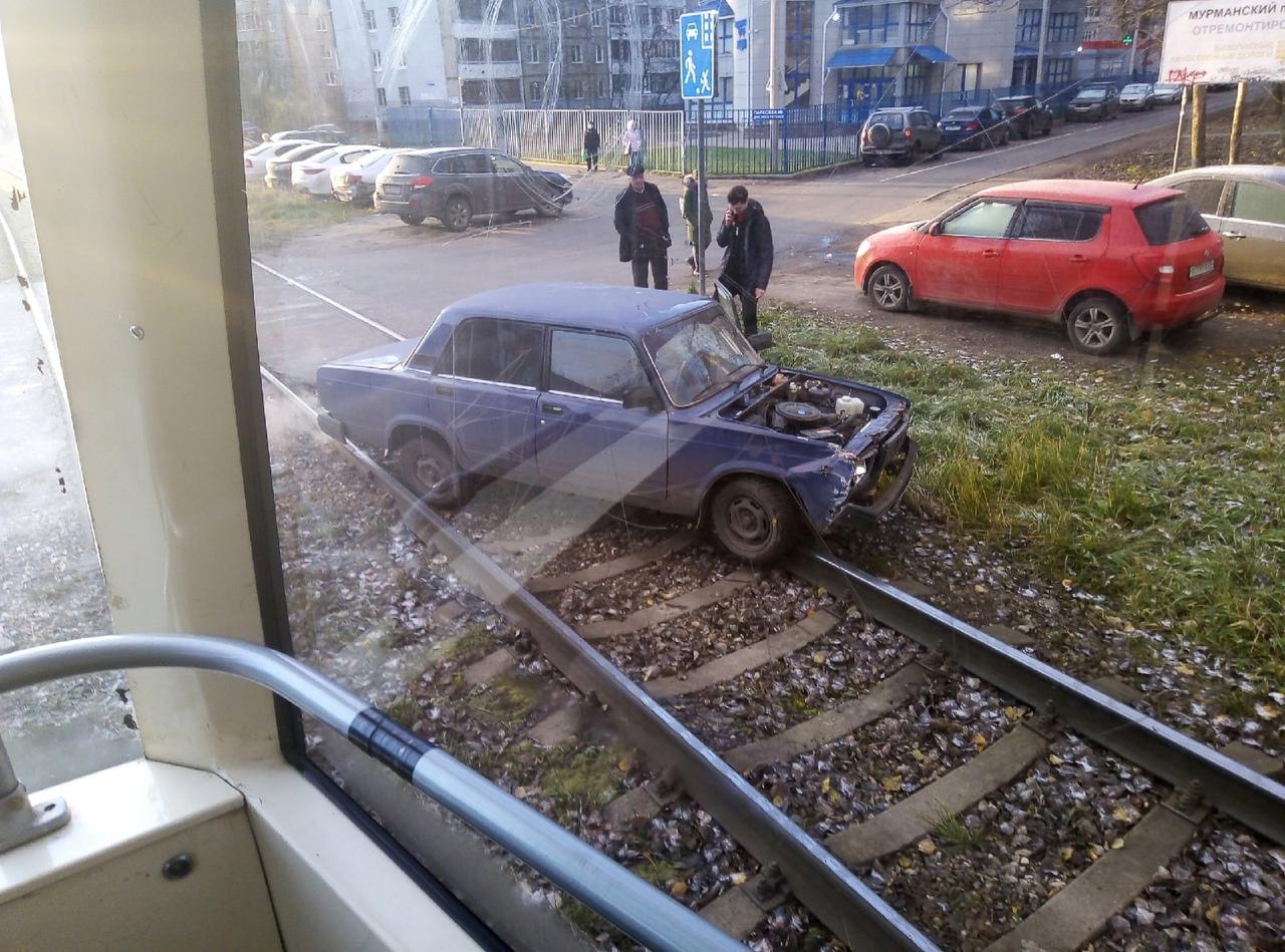 Легковушка врезалась в трамвай в Дзержинском районе Ярославля