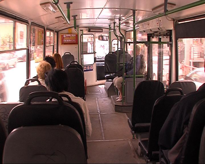 Водитель вытащила из-под колес троллейбуса поскользнувшегося школьника